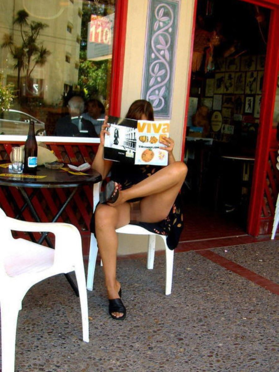 野外 店内 露出 ノーパン 外人 マンチラ エロ画像 33