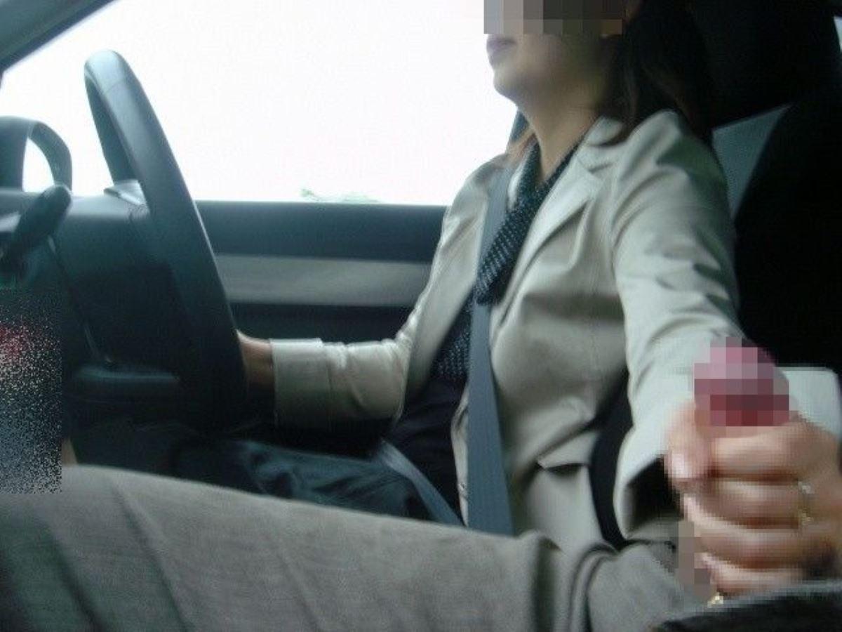 車の中でも性器を弄る手コキに手マンのエロ画像