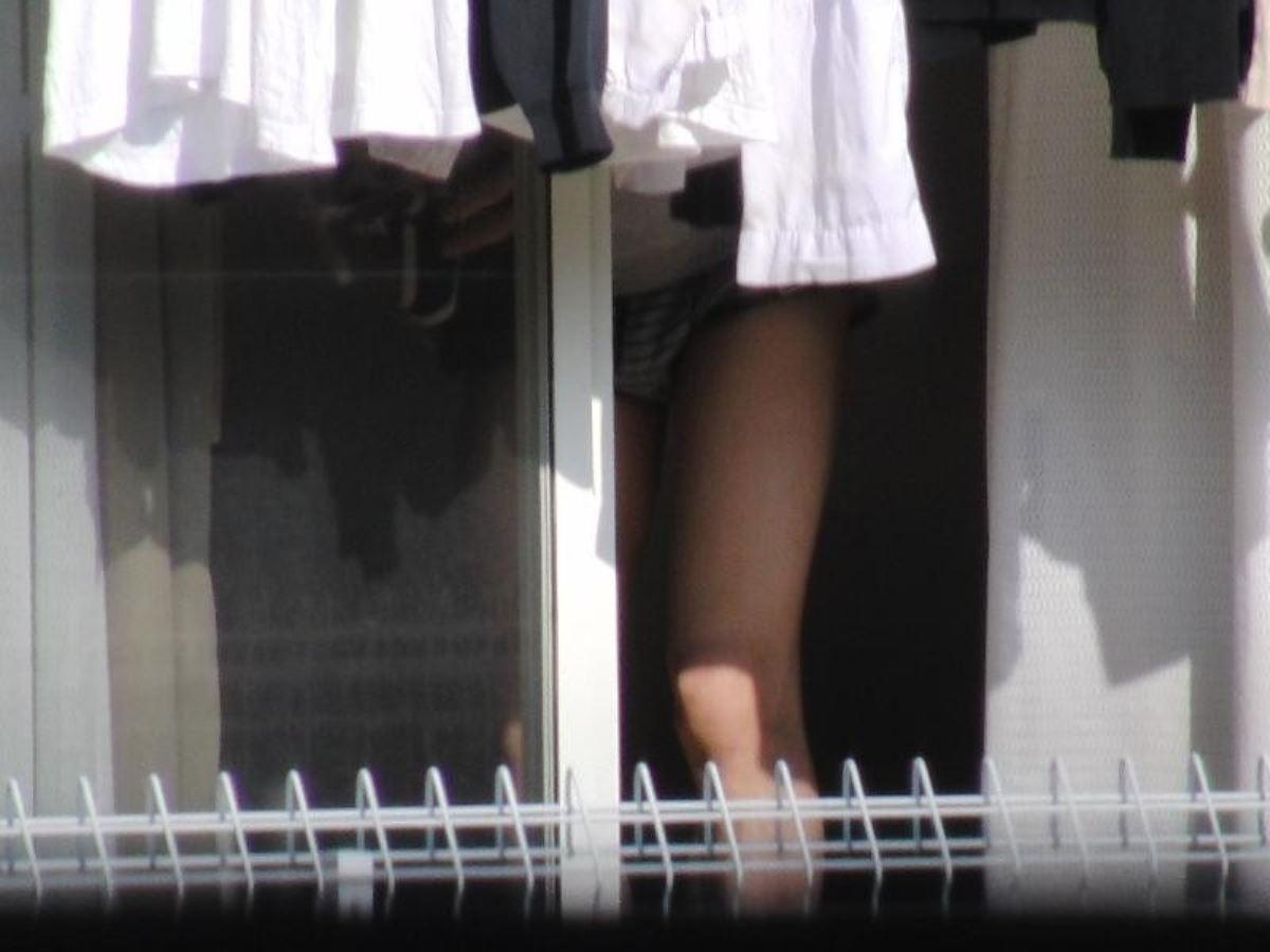 カーテンの隙間から民家を覗いた盗撮画像 3