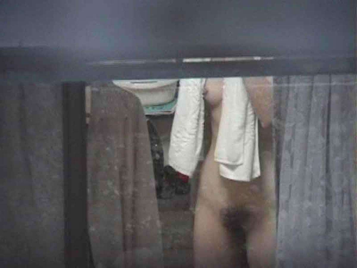 カーテンの隙間から民家を覗いた盗撮画像 16