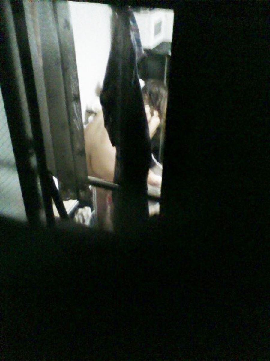 カーテンの隙間から民家を覗いた盗撮画像 19