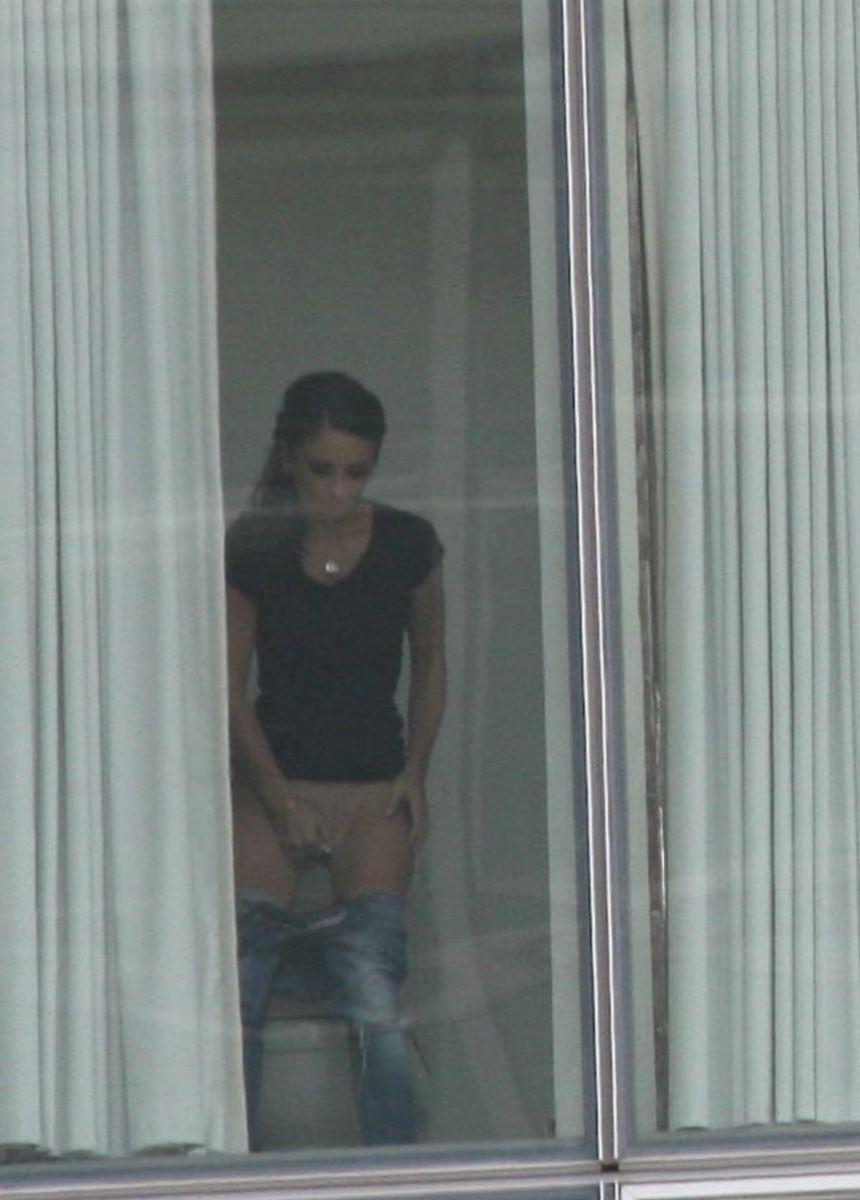 カーテンの隙間から民家を覗いた盗撮画像 24