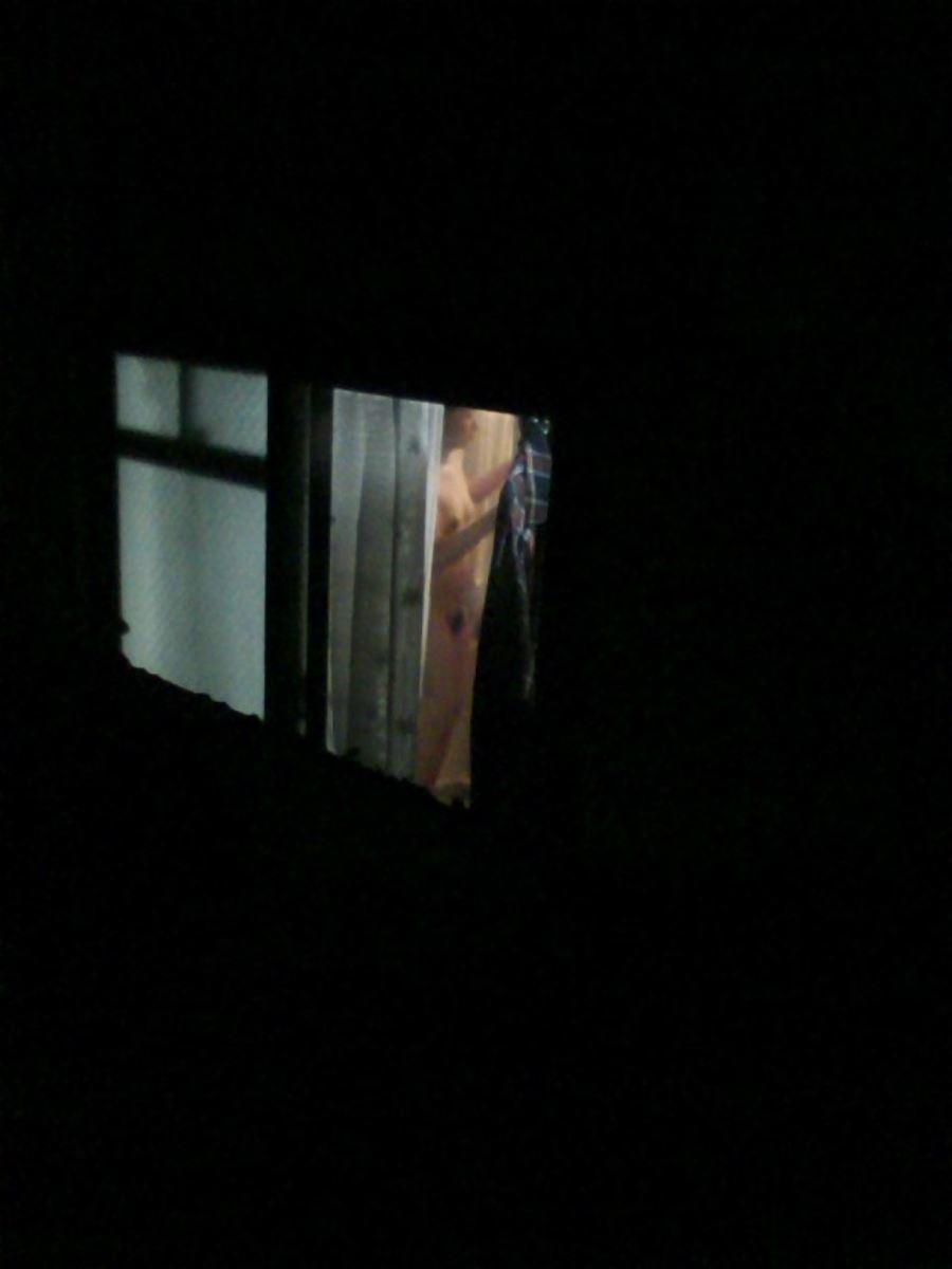 カーテンの隙間から民家を覗いた盗撮画像 32