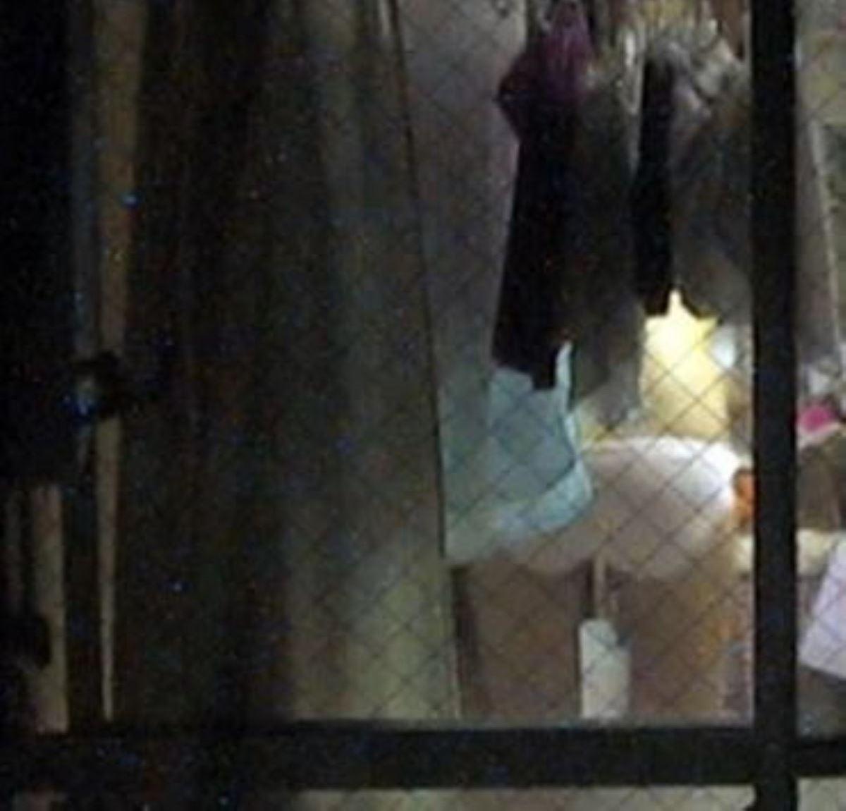 カーテンの隙間から民家を覗いた盗撮画像 45