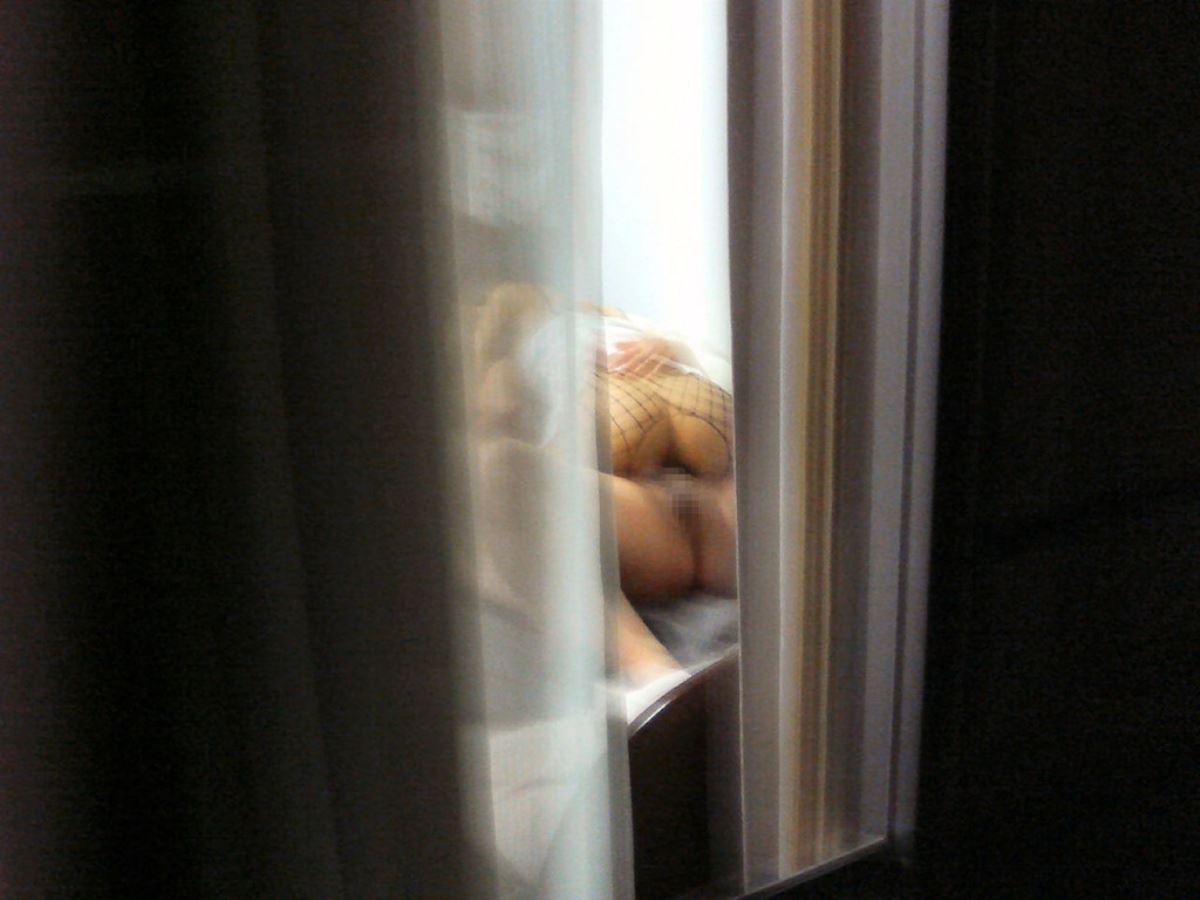 カーテンの隙間から民家を覗いた盗撮画像 49