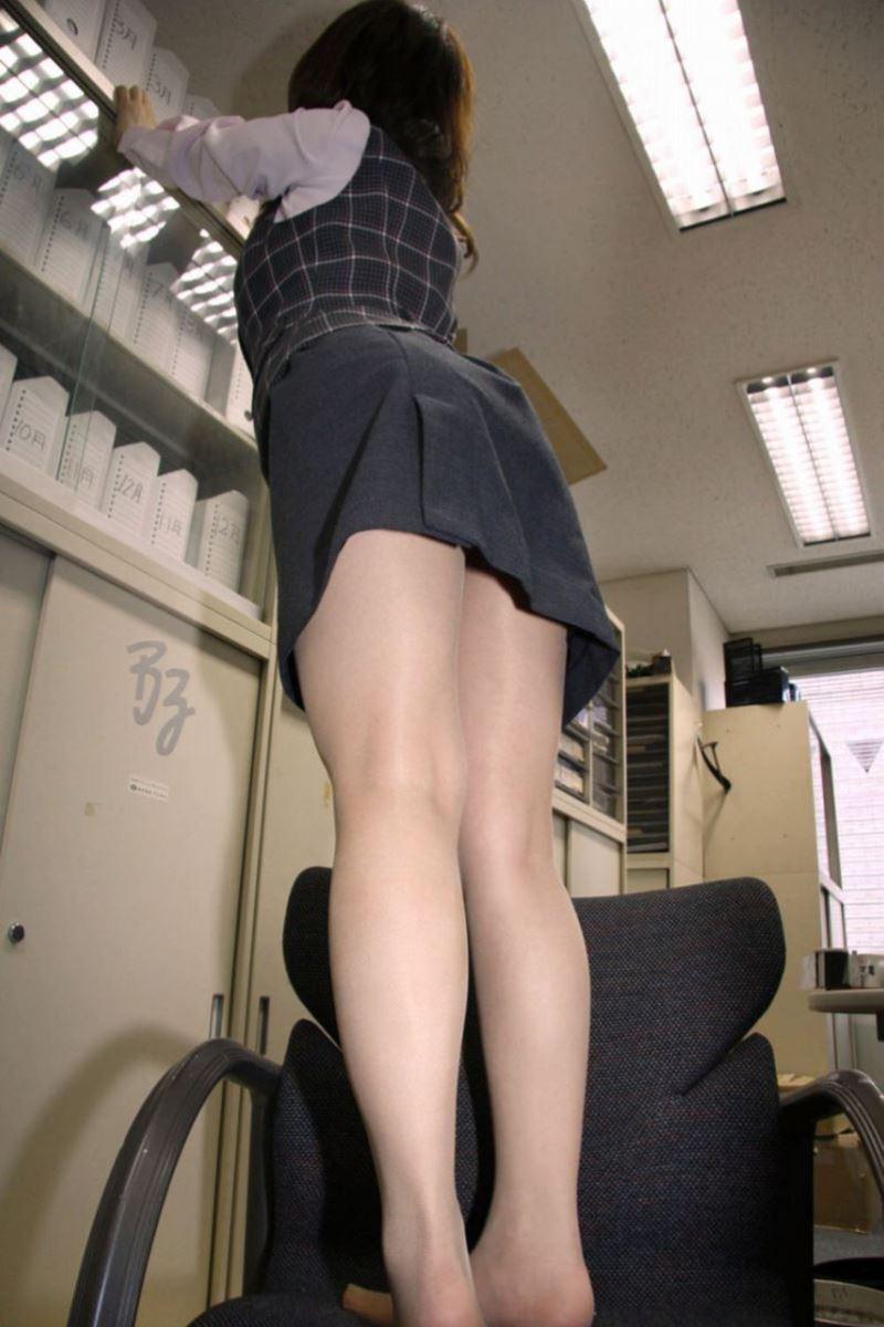 ストッキングを穿いた制服OLがエロい美脚パンスト画像 16