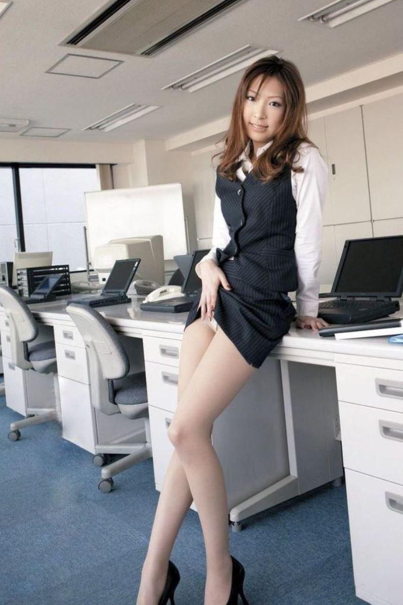 ストッキングを穿いた制服OLがエロい美脚パンスト画像 26