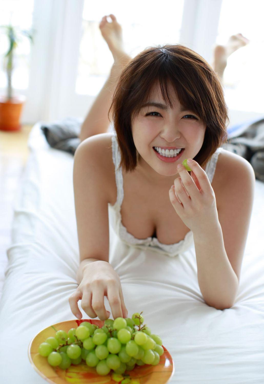 柳ゆり菜の最新ショートヘアが可愛い水着グラビア画像 25