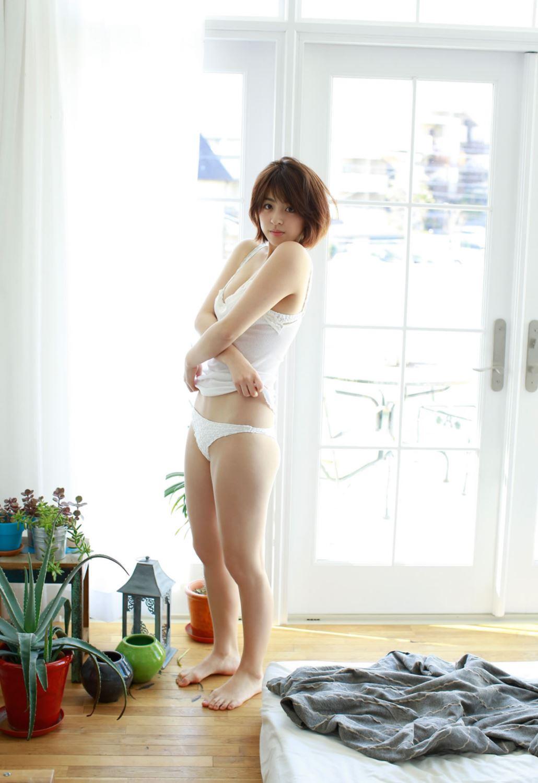 柳ゆり菜の最新ショートヘアが可愛い水着グラビア画像 27