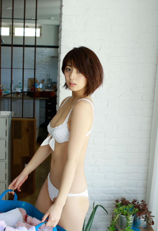 柳ゆり菜の最新ショートヘアが可愛い水着グラビア画像 32