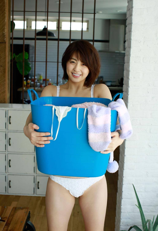 柳ゆり菜の最新ショートヘアが可愛い水着グラビア画像 33