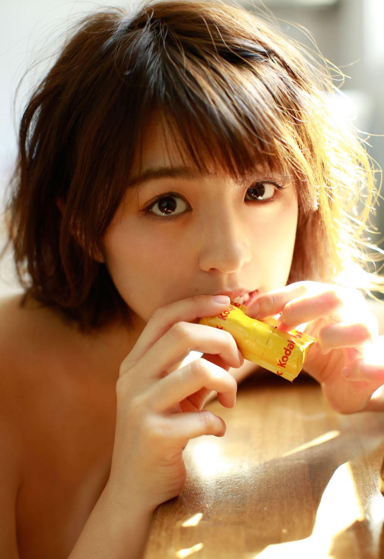 柳ゆり菜の最新ショートヘアが可愛い水着グラビア画像 63