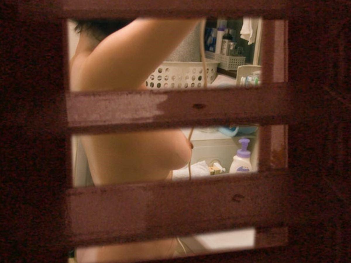 一般家庭のお風呂場を覗き見る素人盗撮画像 6