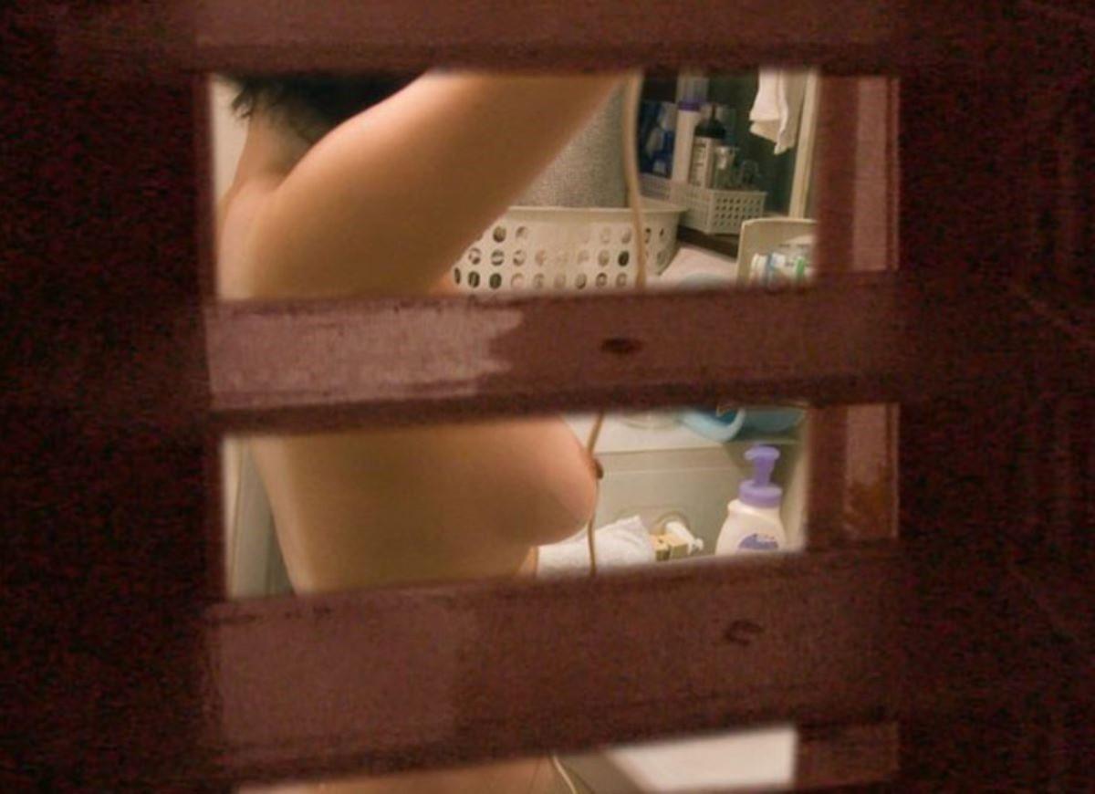 一般家庭のお風呂場を覗き見る素人盗撮画像 14
