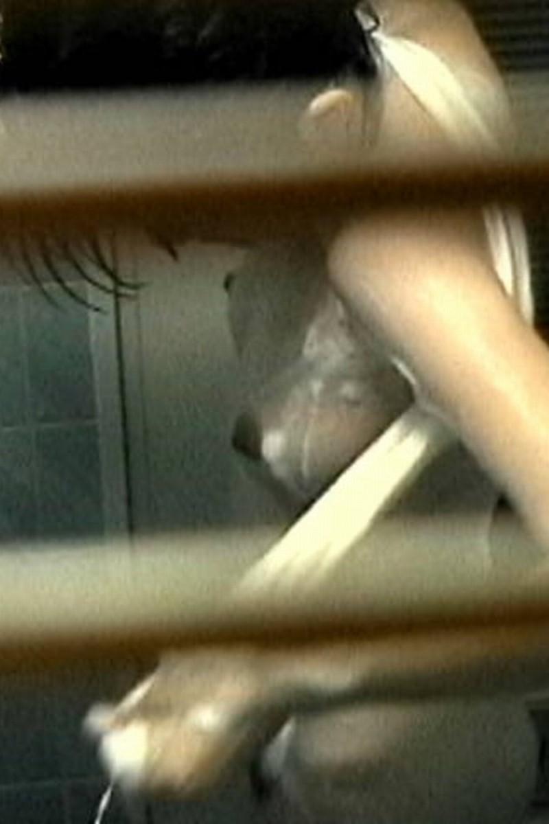一般家庭のお風呂場を覗き見る素人盗撮画像 17