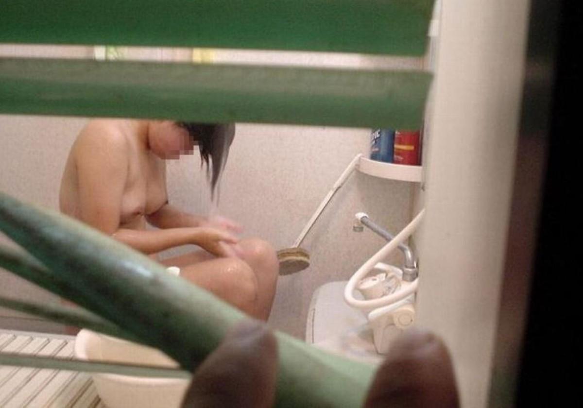 一般家庭のお風呂場を覗き見る素人盗撮画像 33