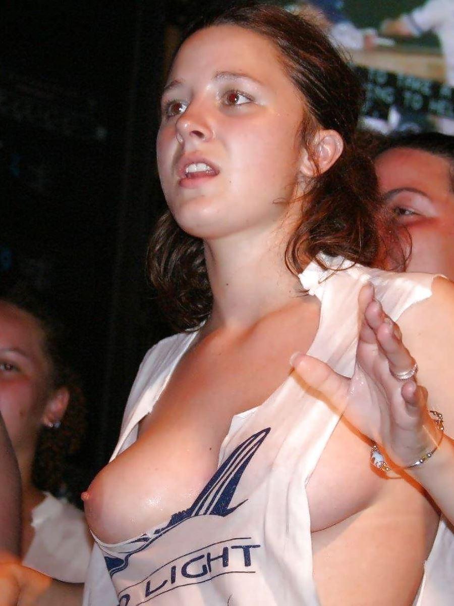 乳首までチラリさせてるノーブラ外国人の胸チラ画像 7