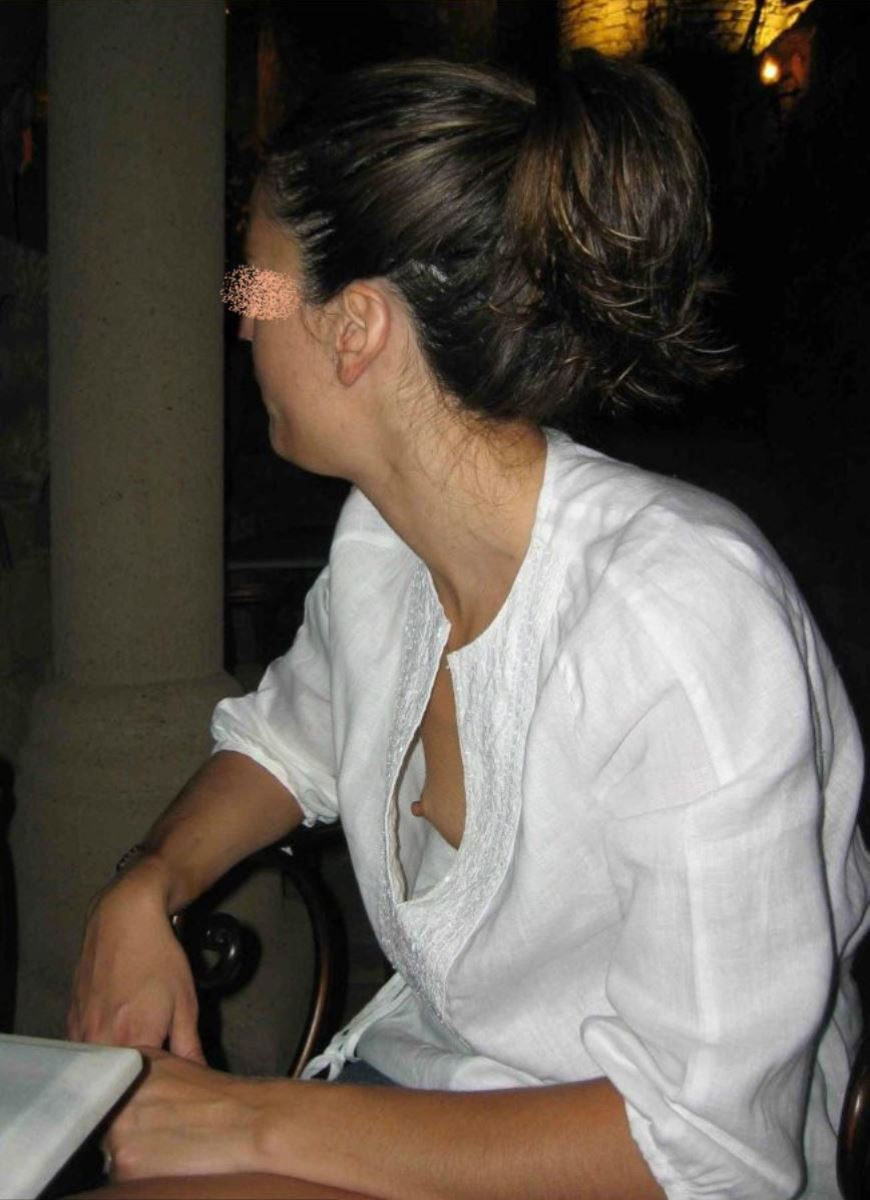 乳首までチラリさせてるノーブラ外国人の胸チラ画像 25