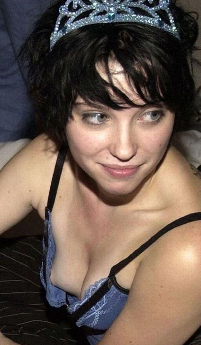 乳首までチラリさせてるノーブラ外国人の胸チラ画像 31