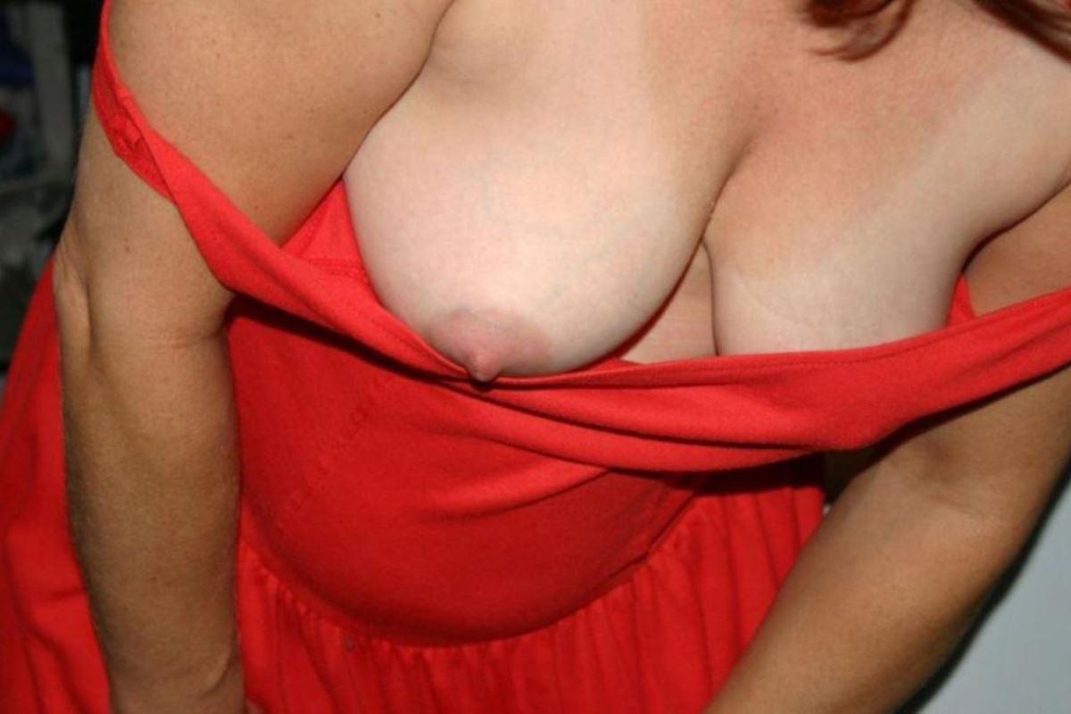 乳首までチラリさせてるノーブラ外国人の胸チラ画像 49