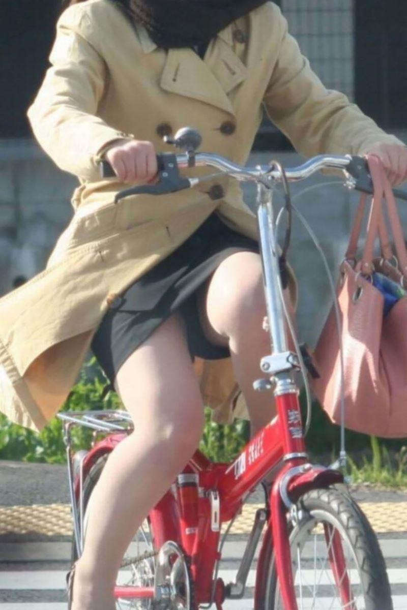 タイトスカートで自転車に乗るOL街撮りエロ画像 1