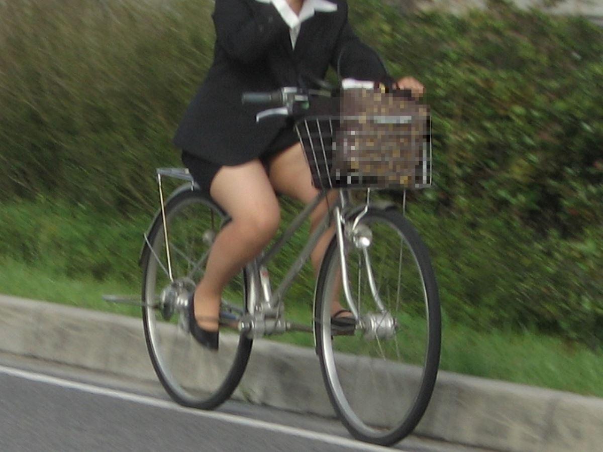 タイトスカートで自転車に乗るOL街撮りエロ画像 7