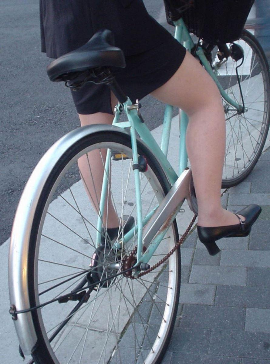 タイトスカートで自転車に乗るOL街撮りエロ画像 9