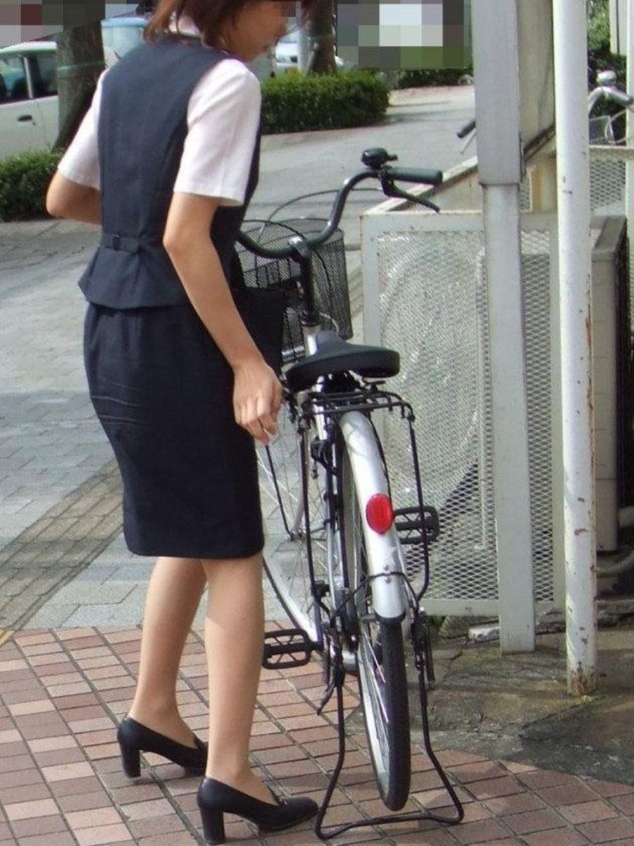 タイトスカートで自転車に乗るOL街撮りエロ画像 11