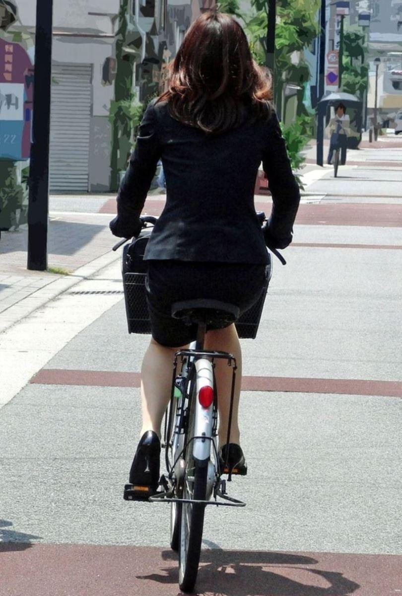 タイトスカートで自転車に乗るOL街撮りエロ画像 14