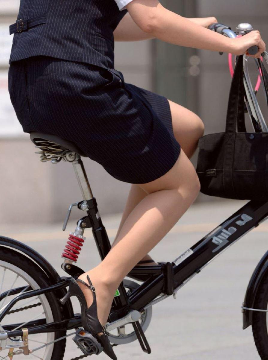 タイトスカートで自転車に乗るOL街撮りエロ画像 15