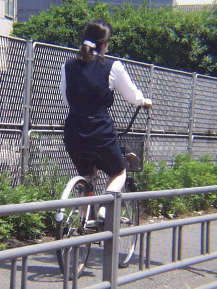タイトスカートで自転車に乗るOL街撮りエロ画像 18