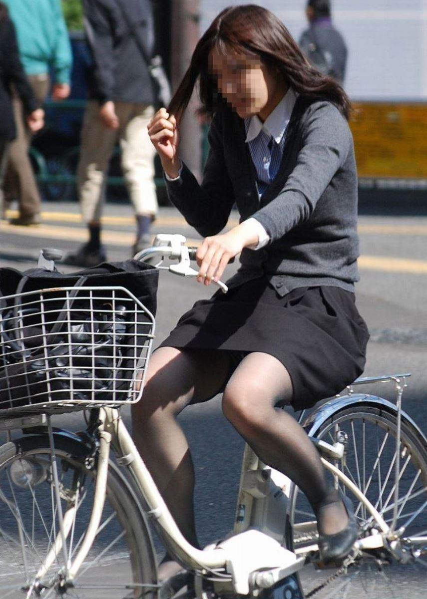 タイトスカートで自転車に乗るOL街撮りエロ画像 23