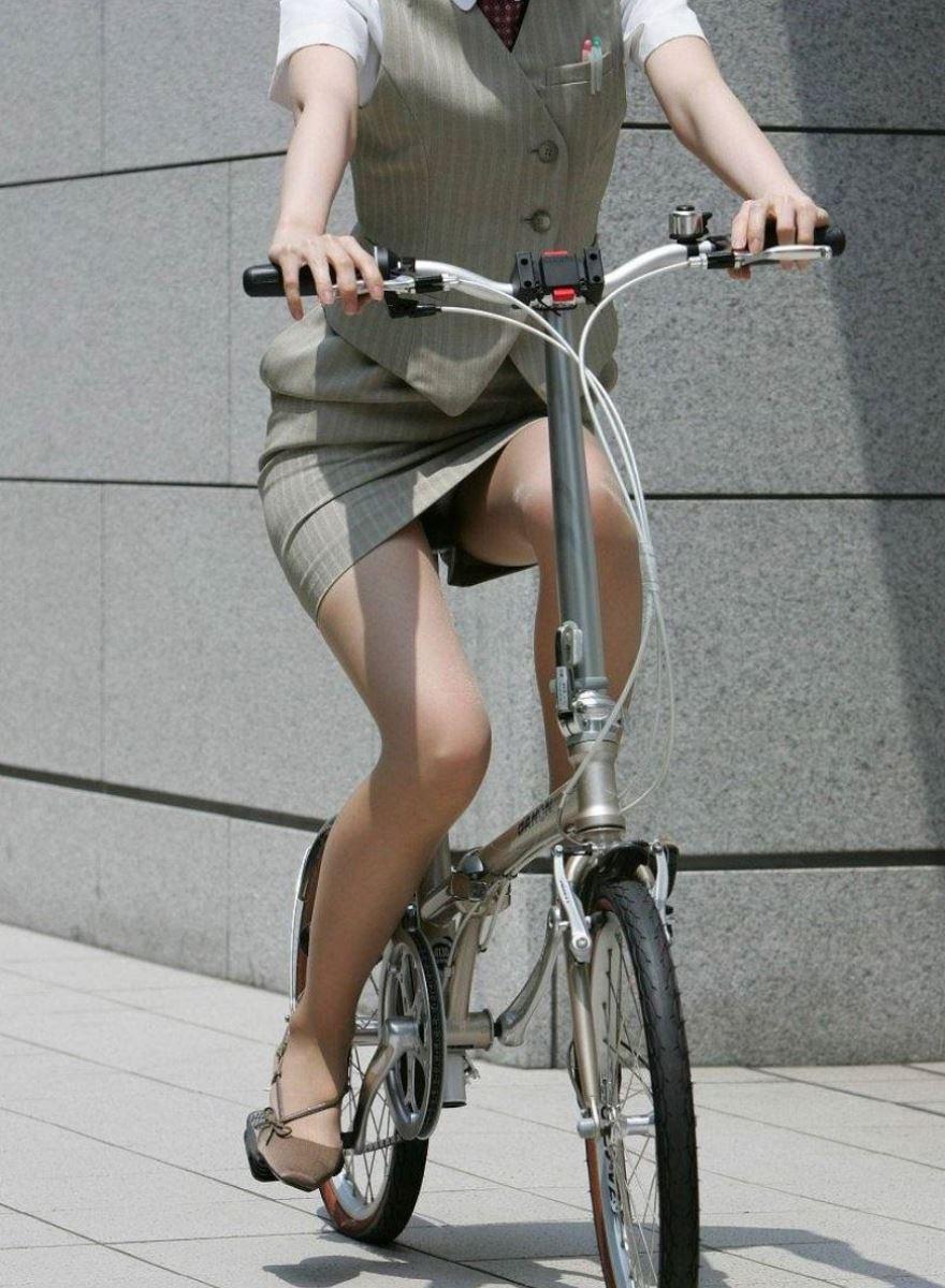 タイトスカートで自転車に乗るOL街撮りエロ画像 25