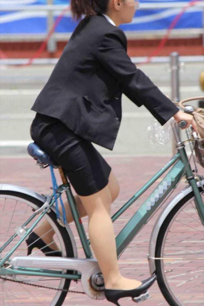 タイトスカートで自転車に乗るOL街撮りエロ画像 26