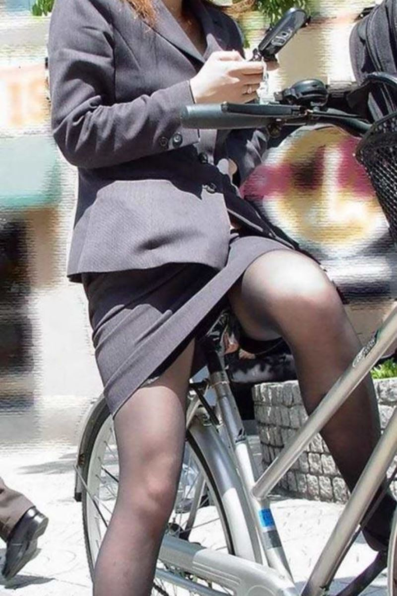 タイトスカートで自転車に乗るOL街撮りエロ画像 28