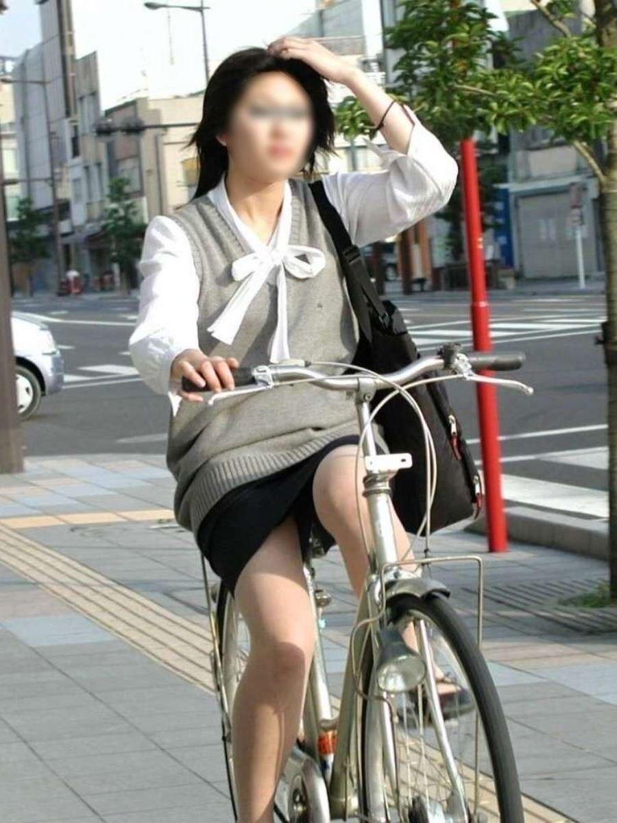 タイトスカートで自転車に乗るOL街撮りエロ画像 31