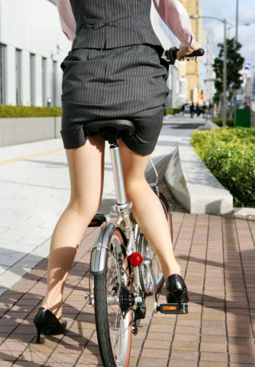 タイトスカートで自転車に乗るOL街撮りエロ画像 34
