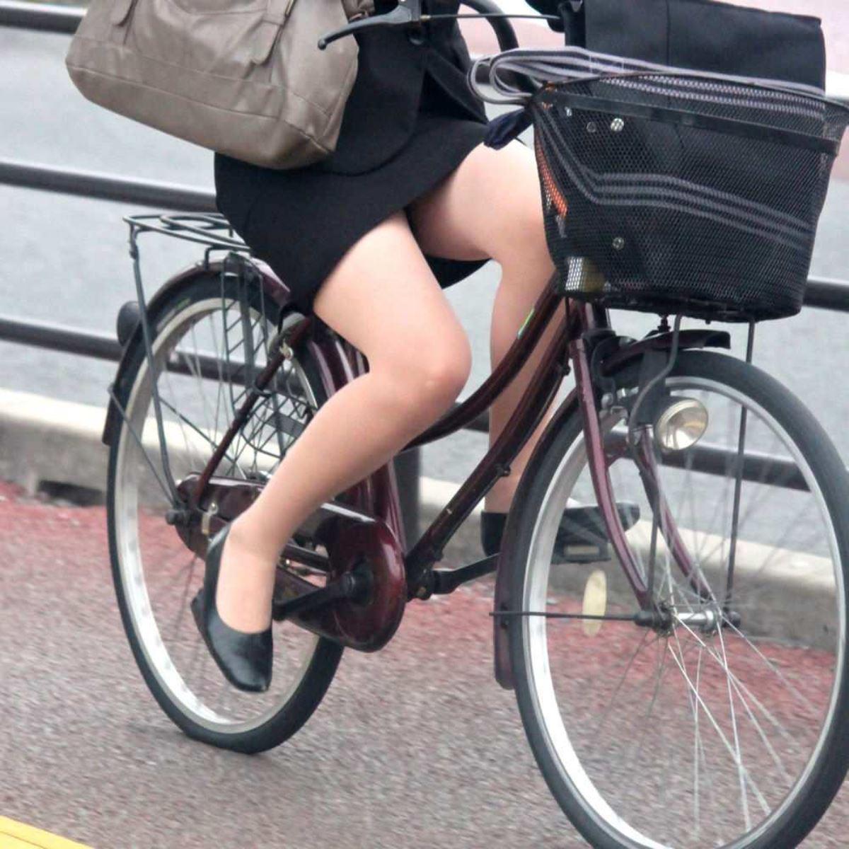 タイトスカートで自転車に乗るOL街撮りエロ画像 38