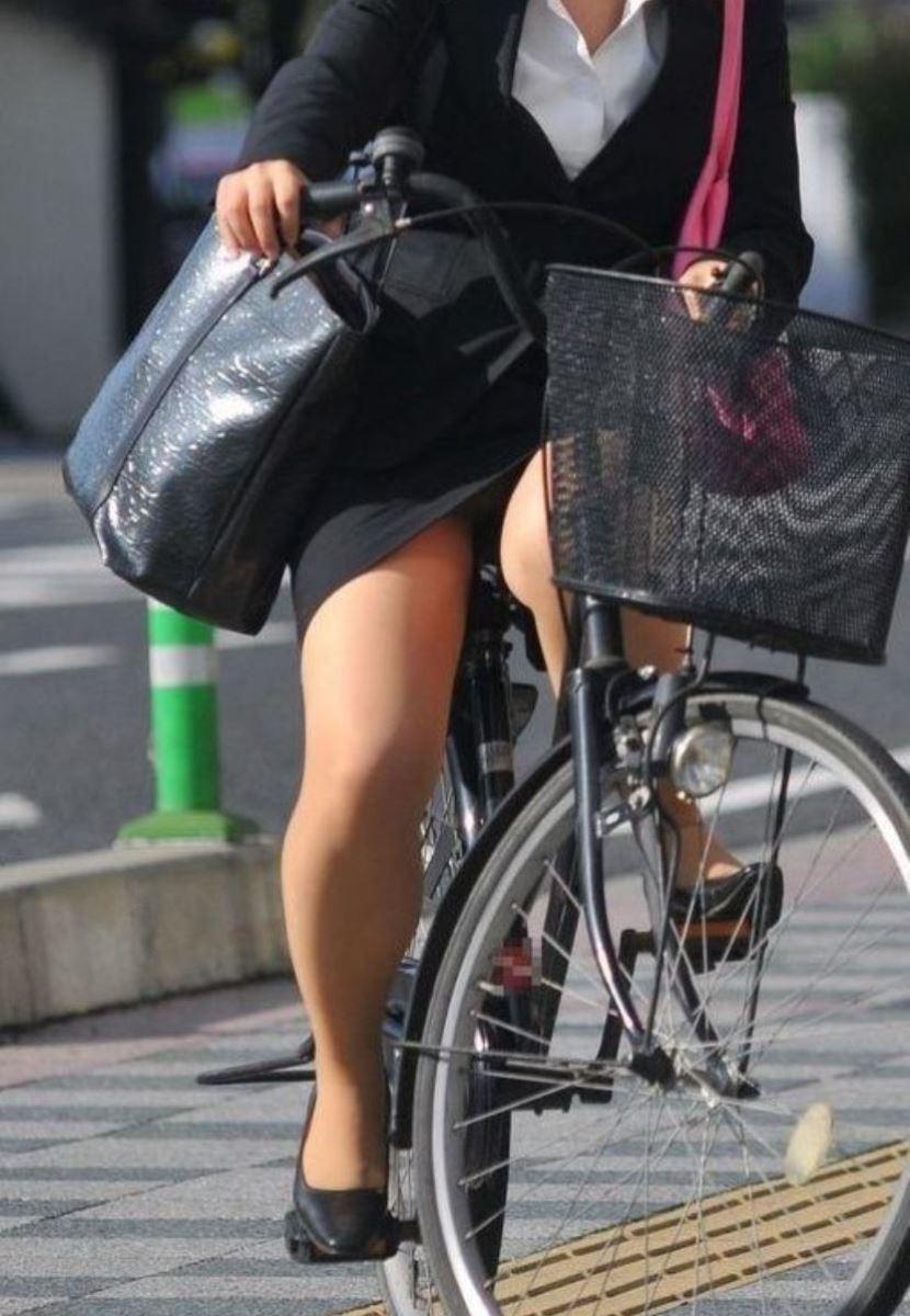 タイトスカートで自転車に乗るOL街撮りエロ画像 41