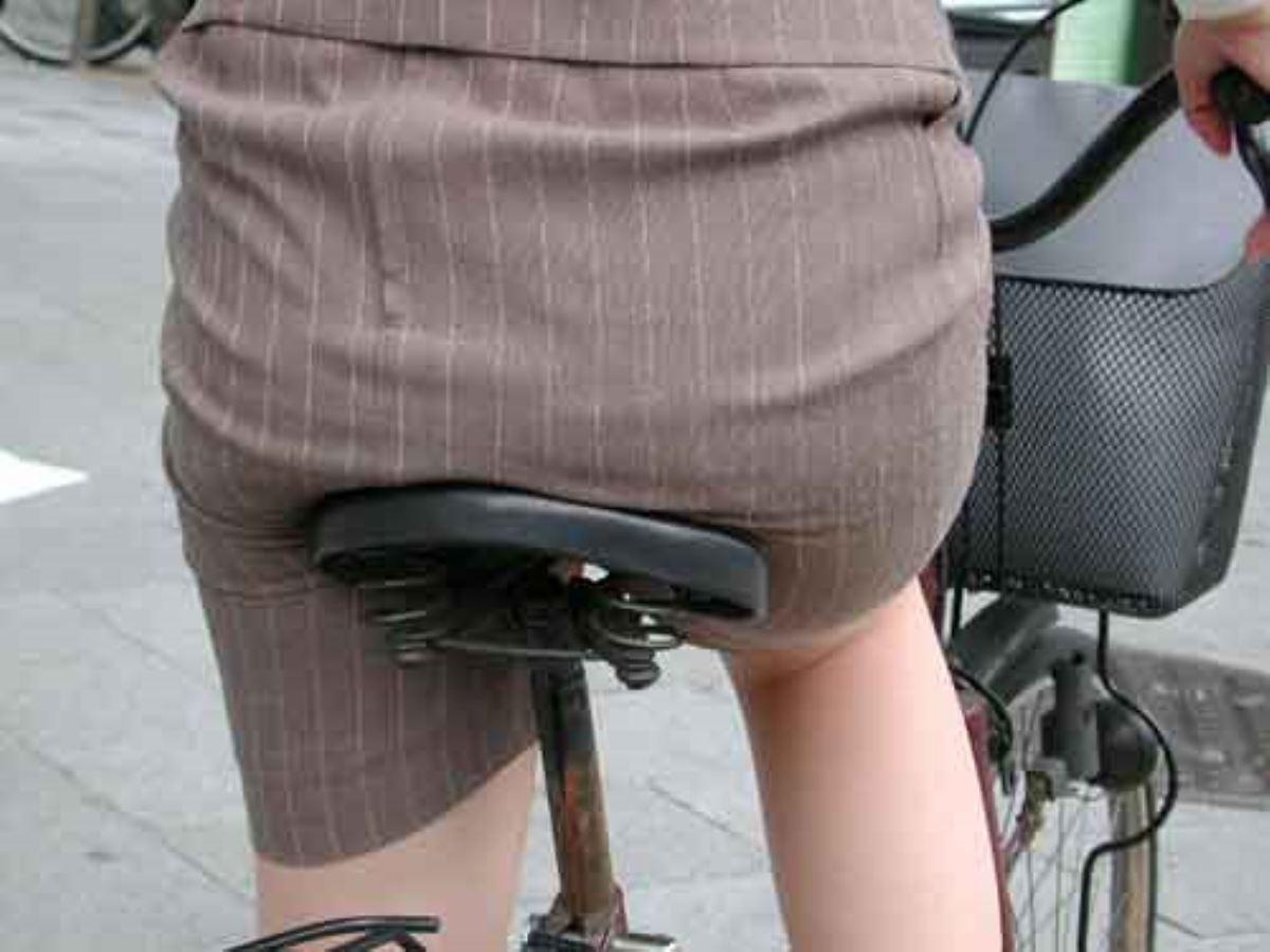 タイトスカートで自転車に乗るOL街撮りエロ画像 49