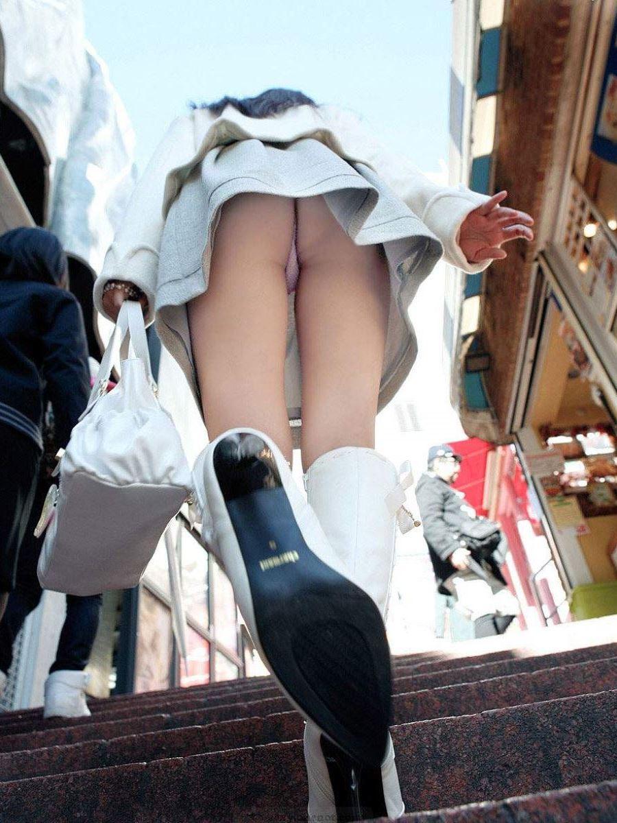 階段でパンチラを盗撮した素人パンチラ画像 7