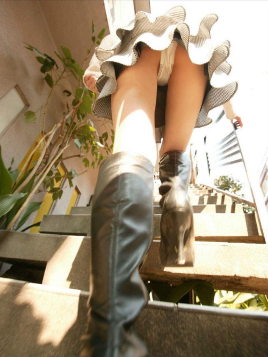 階段でパンチラを盗撮した素人パンチラ画像 12