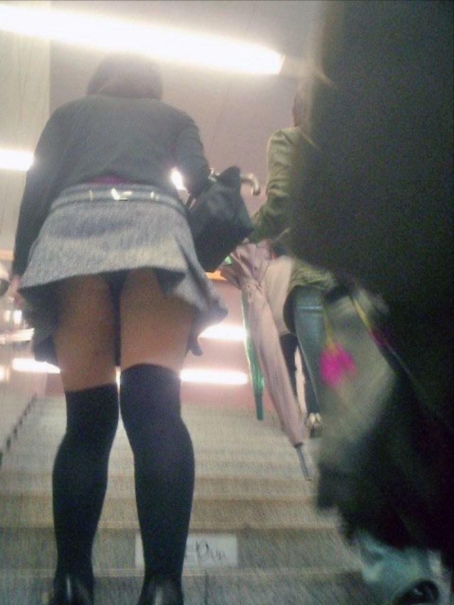 階段でパンチラを盗撮した素人パンチラ画像 13
