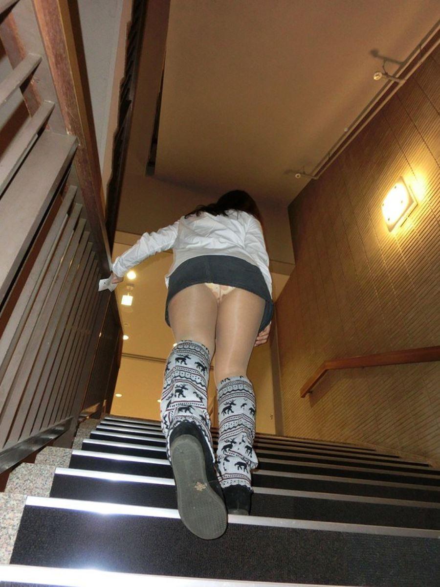 階段でパンチラを盗撮した素人パンチラ画像 15