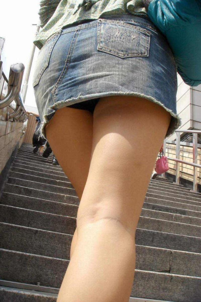 階段でパンチラを盗撮した素人パンチラ画像 16