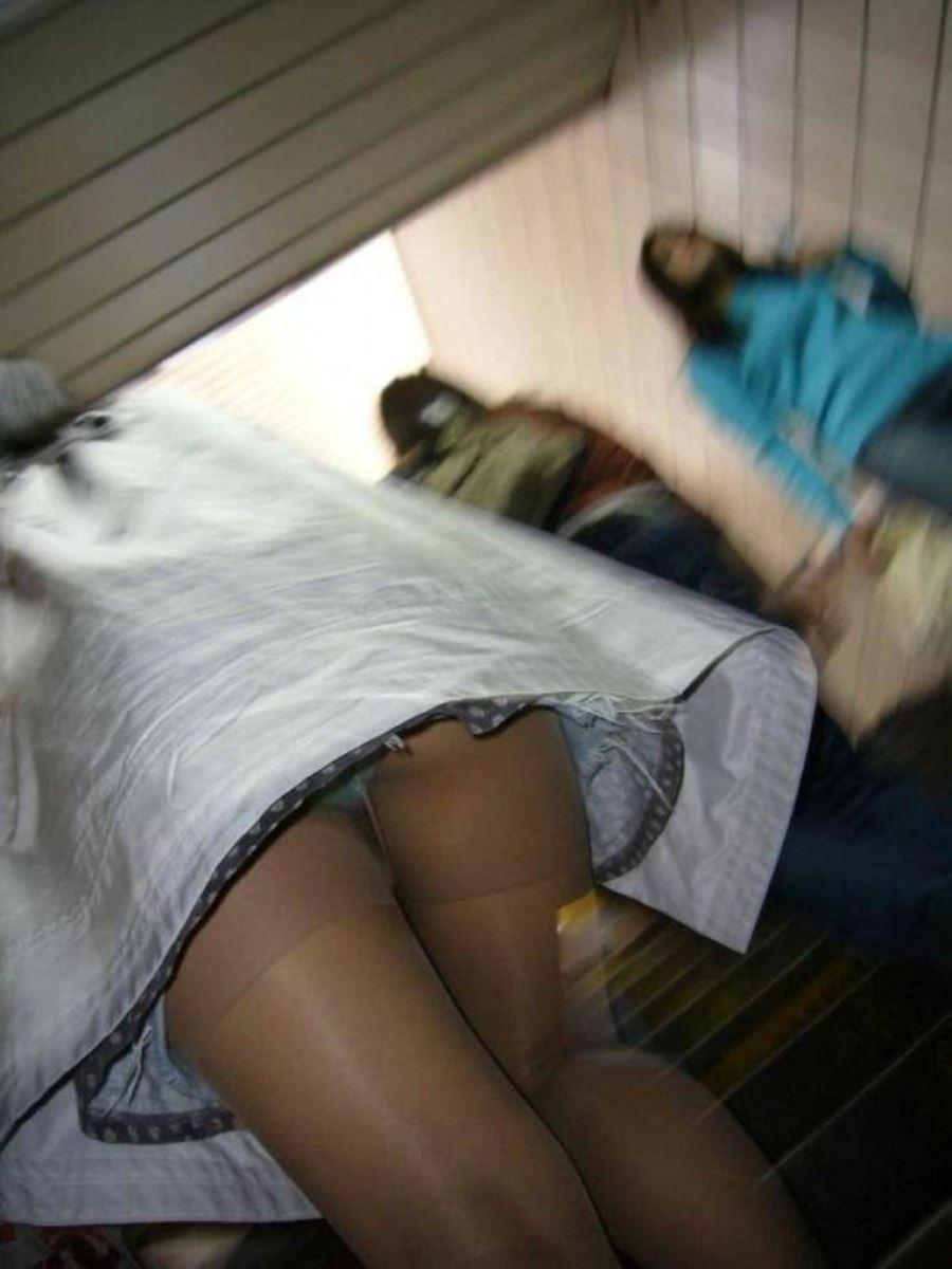 階段でパンチラを盗撮した素人パンチラ画像 19