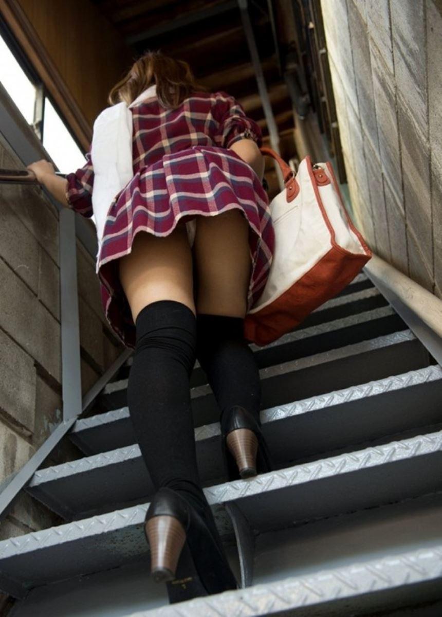 階段でパンチラを盗撮した素人パンチラ画像 20