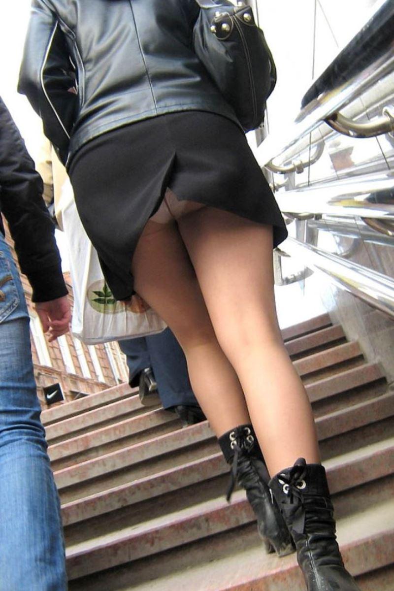 階段でパンチラを盗撮した素人パンチラ画像 24