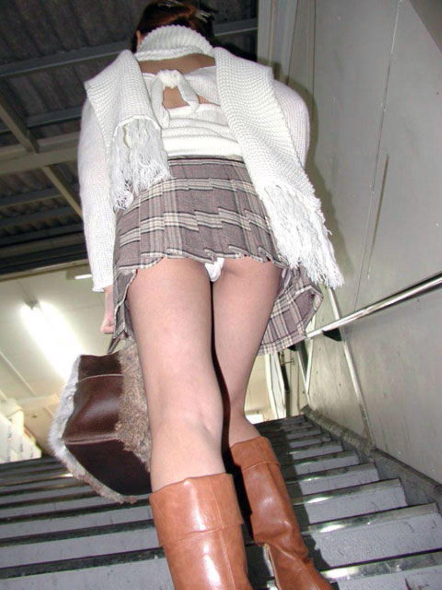 階段でパンチラを盗撮した素人パンチラ画像 32