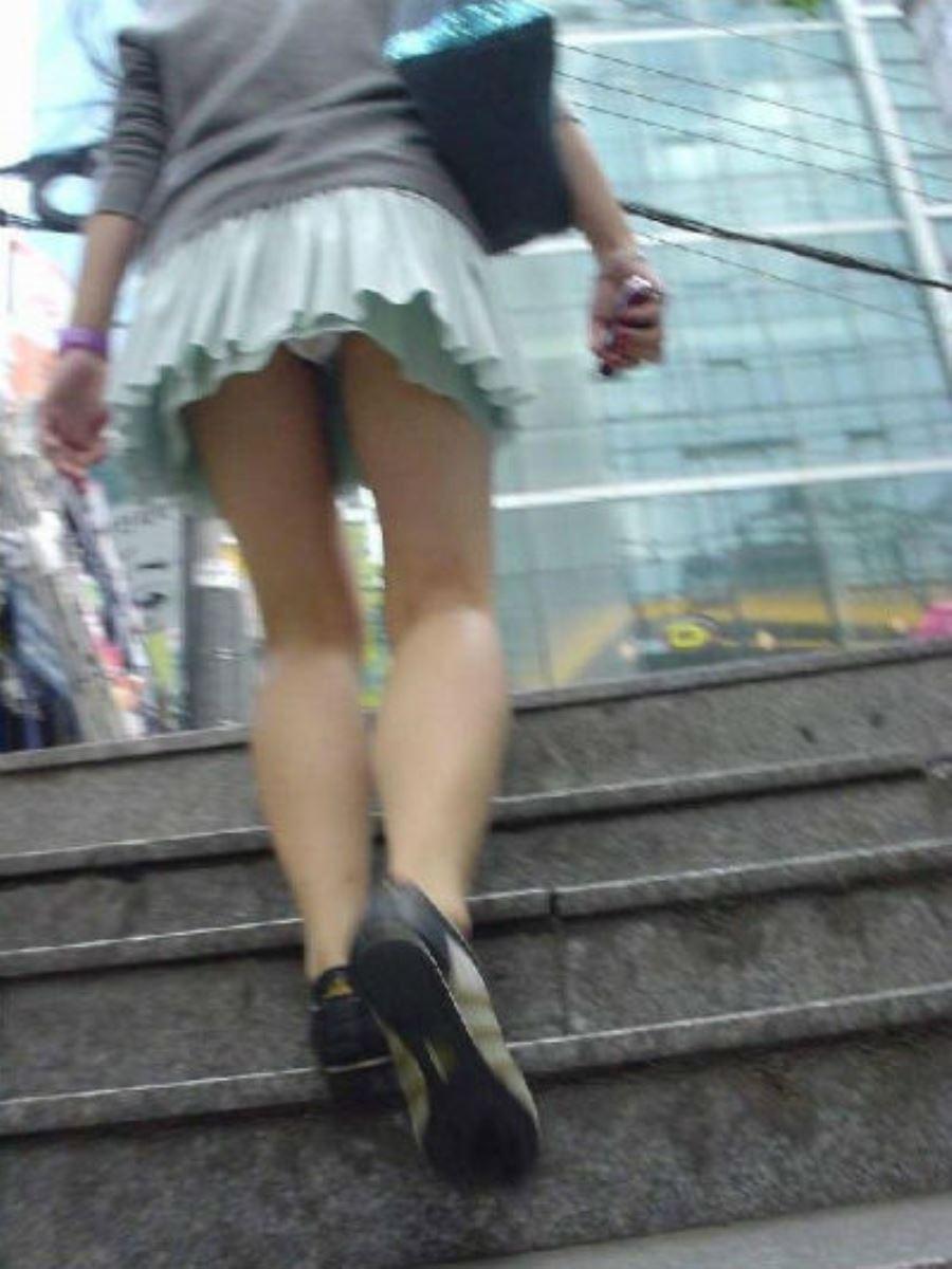 階段でパンチラを盗撮した素人パンチラ画像 36